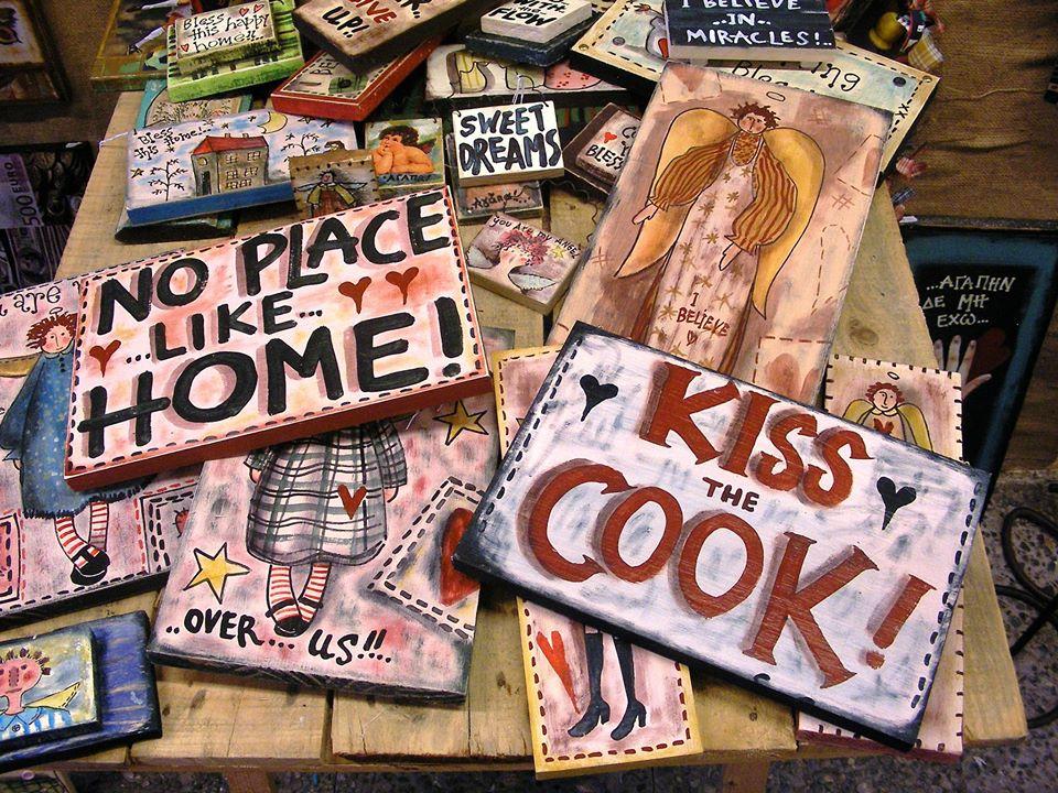 """Ξύλινες πινακίδες, """"KISS THE COOK"""" / """"NO PLACE LIKE HOME"""""""