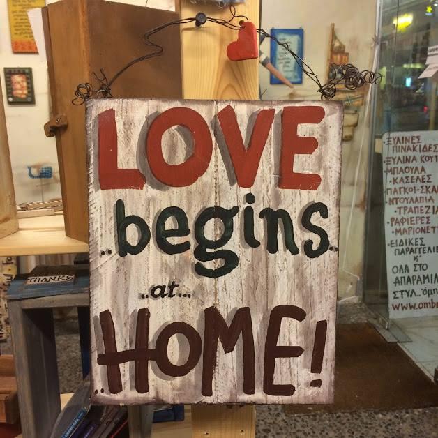 """Ξύλινη πινακίδα, """"LOVE begins…"""""""